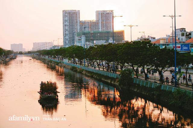 Thuyền hoa của người miền Tây chở Tết cho người Sài Gòn đã cập Bến Bình Đông, lượng khách đổ về ngày một đông dịp giáp Tết  - Ảnh 24.