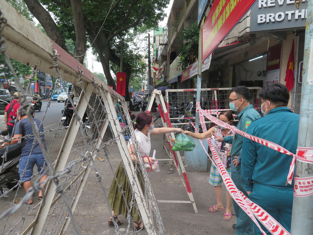 TP HCM: Cận cảnh phong tỏa khu Mả Lạng do liên quan ca Covid-19 ở Tân Sơn Nhất  - Ảnh 5.