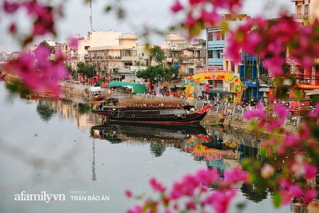 Thuyền hoa của người miền Tây chở Tết cho người Sài Gòn đã cập Bến Bình Đông, lượng khách đổ về ngày một đông dịp giáp Tết  - Ảnh 4.