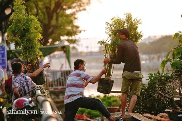Thuyền hoa của người miền Tây chở Tết cho người Sài Gòn đã cập Bến Bình Đông, lượng khách đổ về ngày một đông dịp giáp Tết  - Ảnh 6.