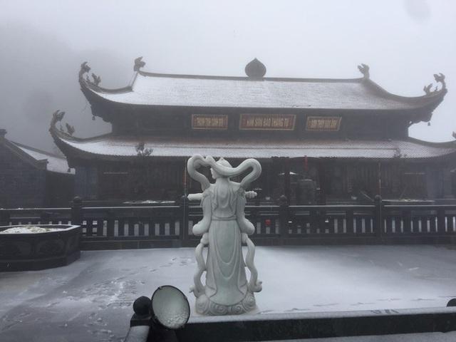 CLIP: Cảnh tuyệt đẹp trên đỉnh Fansipan khi mưa tuyết rơi dày  - Ảnh 7.