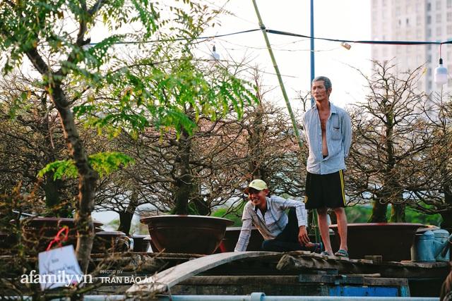 Thuyền hoa của người miền Tây chở Tết cho người Sài Gòn đã cập Bến Bình Đông, lượng khách đổ về ngày một đông dịp giáp Tết  - Ảnh 7.