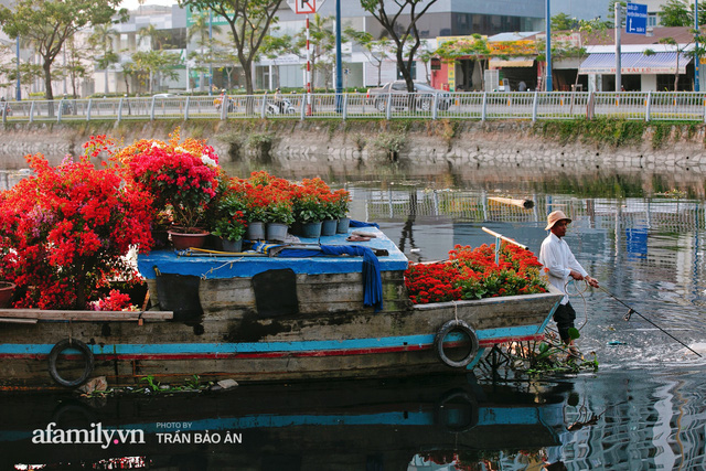 Thuyền hoa của người miền Tây chở Tết cho người Sài Gòn đã cập Bến Bình Đông, lượng khách đổ về ngày một đông dịp giáp Tết  - Ảnh 8.