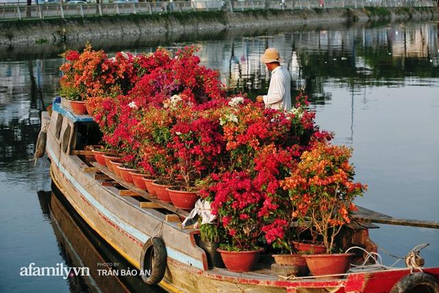 Thuyền hoa của người miền Tây chở Tết cho người Sài Gòn đã cập Bến Bình Đông, lượng khách đổ về ngày một đông dịp giáp Tết  - Ảnh 9.