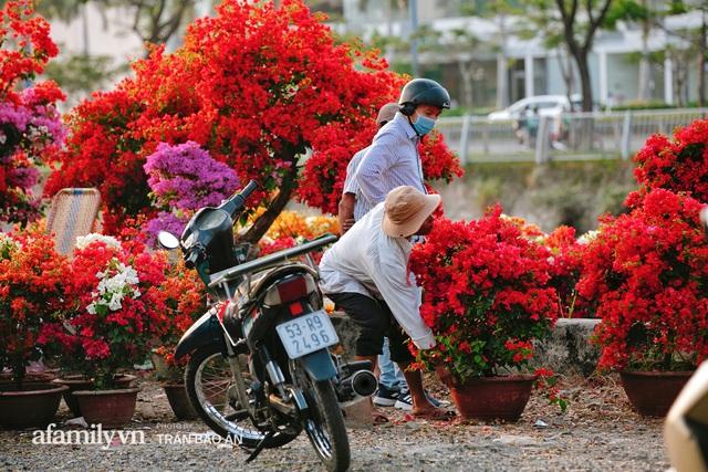 Thuyền hoa của người miền Tây chở Tết cho người Sài Gòn đã cập Bến Bình Đông, lượng khách đổ về ngày một đông dịp giáp Tết  - Ảnh 10.