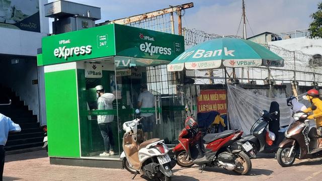 Chuyện lạ: ATM giao dịch ế ẩm những ngày cuối năm  - Ảnh 2.