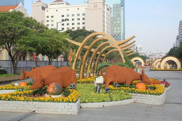 Đường hoa Nguyễn Huệ mở cửa đón khách từ sáng 10/2, yêu cầu không bỏ khẩu trang chụp hình, selfie - Ảnh 2.