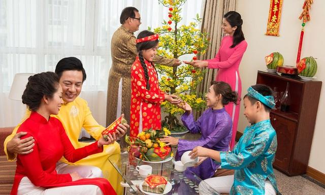 Tết đến nơi, bố mẹ cần dạy con 1 điều không được làm khi nhận lì xì: Nếu phạm phải thì cả khách, cả chủ đều khó xử - Ảnh 2.