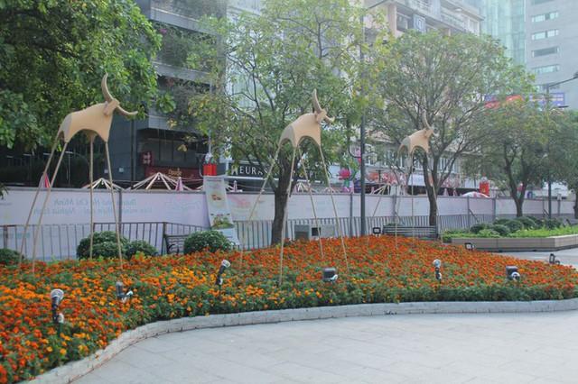 Đường hoa Nguyễn Huệ mở cửa đón khách từ sáng 10/2, yêu cầu không bỏ khẩu trang chụp hình, selfie - Ảnh 13.