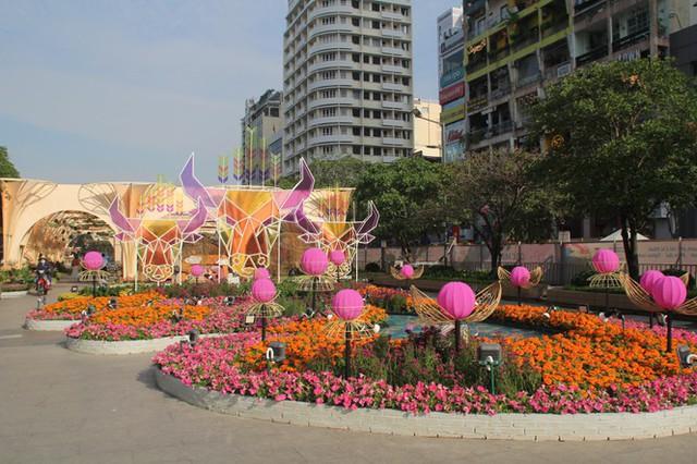 Đường hoa Nguyễn Huệ mở cửa đón khách từ sáng 10/2, yêu cầu không bỏ khẩu trang chụp hình, selfie - Ảnh 15.