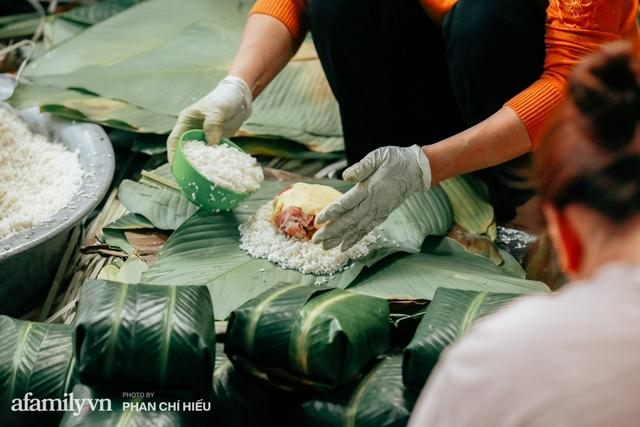 Làng bánh chưng Tranh Khúc nhộn nhịp vụ Tết: Những người thợ được lập trình cứ 30 giây xong một chiếc bánh, phải chế cho được nồi chứa 400 chiếc bánh mới chịu nổi lửa - Ảnh 3.