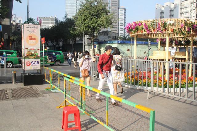 Đường hoa Nguyễn Huệ mở cửa đón khách từ sáng 10/2, yêu cầu không bỏ khẩu trang chụp hình, selfie - Ảnh 4.