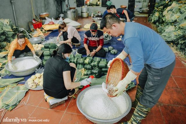 Làng bánh chưng Tranh Khúc nhộn nhịp vụ Tết: Những người thợ được lập trình cứ 30 giây xong một chiếc bánh, phải chế cho được nồi chứa 400 chiếc bánh mới chịu nổi lửa - Ảnh 4.