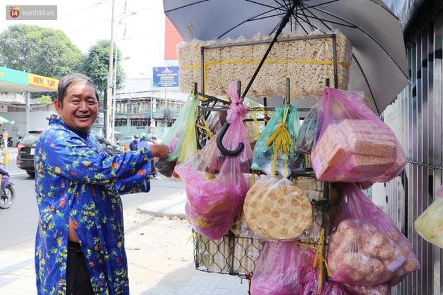 Gặp người cha khùng mặc áo dài nhảy múa trên đường phố Sài Gòn nuôi 3 đứa con ăn học: Mình có lường gạt ai đâu mà phải xấu hổ - Ảnh 7.