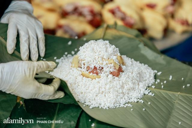 Làng bánh chưng Tranh Khúc nhộn nhịp vụ Tết: Những người thợ được lập trình cứ 30 giây xong một chiếc bánh, phải chế cho được nồi chứa 400 chiếc bánh mới chịu nổi lửa - Ảnh 6.