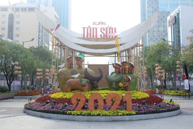 Đường hoa Nguyễn Huệ mở cửa đón khách từ sáng 10/2, yêu cầu không bỏ khẩu trang chụp hình, selfie - Ảnh 7.