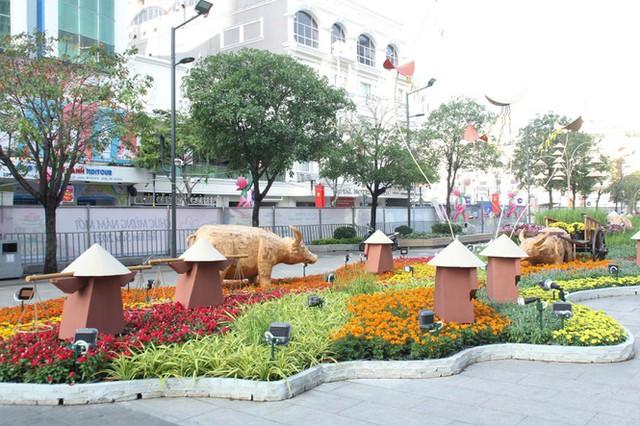 Đường hoa Nguyễn Huệ mở cửa đón khách từ sáng 10/2, yêu cầu không bỏ khẩu trang chụp hình, selfie - Ảnh 10.