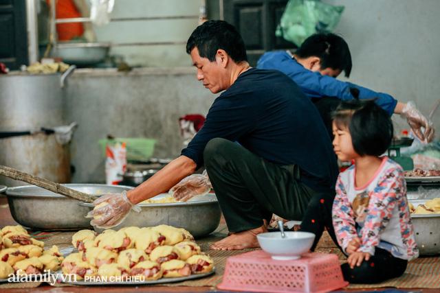 Làng bánh chưng Tranh Khúc nhộn nhịp vụ Tết: Những người thợ được lập trình cứ 30 giây xong một chiếc bánh, phải chế cho được nồi chứa 400 chiếc bánh mới chịu nổi lửa - Ảnh 10.