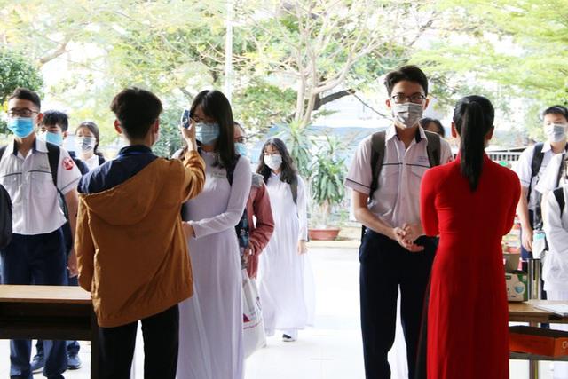 Hình ảnh học sinh TP HCM trở lại trường sau kỳ nghỉ dài  - Ảnh 1.