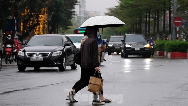 Giao thông Hà Nội ngày đầu tuần ùn tắc dưới trời mưa phùn ẩm ướt - Ảnh 1.