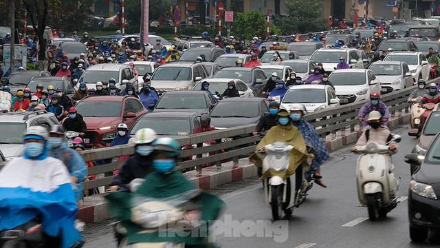 Giao thông Hà Nội ngày đầu tuần ùn tắc dưới trời mưa phùn ẩm ướt - Ảnh 2.