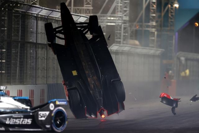 Xe Formula E bị hất tung và rê cả trăm mét theo phương đầu đội đất, tay đua vẫn thoát chết thần kỳ nhờ công nghệ hàng không vũ trụ - Ảnh 1.