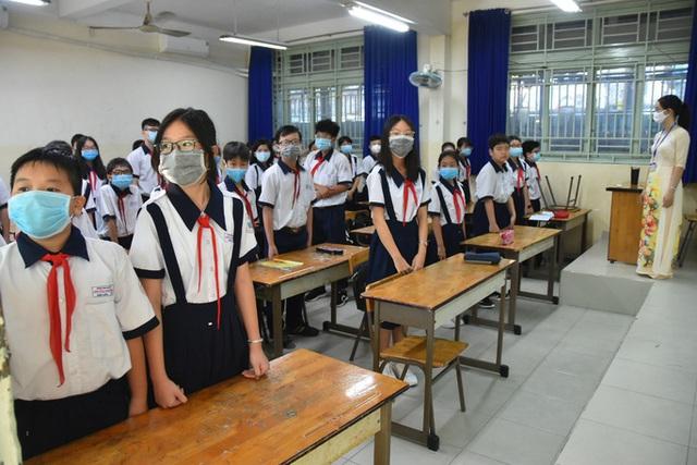Hình ảnh học sinh TP HCM trở lại trường sau kỳ nghỉ dài  - Ảnh 11.
