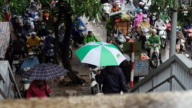 Giao thông Hà Nội ngày đầu tuần ùn tắc dưới trời mưa phùn ẩm ướt - Ảnh 11.