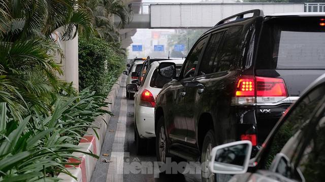Giao thông Hà Nội ngày đầu tuần ùn tắc dưới trời mưa phùn ẩm ướt - Ảnh 12.