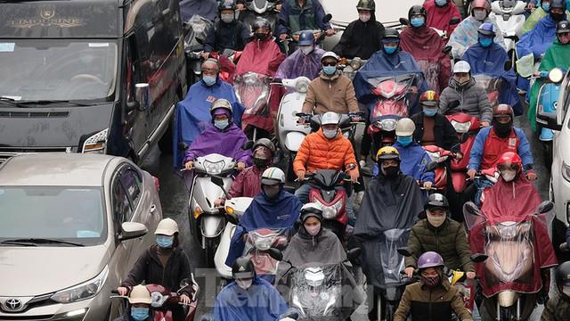 Giao thông Hà Nội ngày đầu tuần ùn tắc dưới trời mưa phùn ẩm ướt - Ảnh 3.