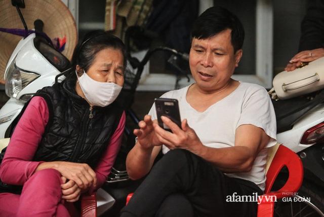 Mẹ siêu nhân đời thực cứu bé gái rơi từ tầng 12 chung cư ở Hà Nội bật khóc xem lại khoảnh khắc con trai làm nên điều kỳ diệu - Ảnh 4.