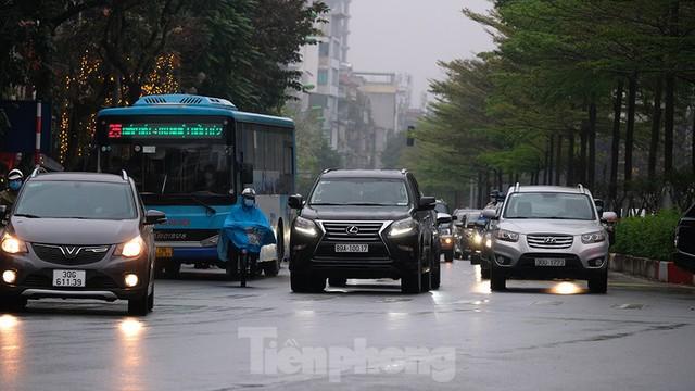 Giao thông Hà Nội ngày đầu tuần ùn tắc dưới trời mưa phùn ẩm ướt - Ảnh 4.