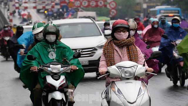 Giao thông Hà Nội ngày đầu tuần ùn tắc dưới trời mưa phùn ẩm ướt - Ảnh 5.