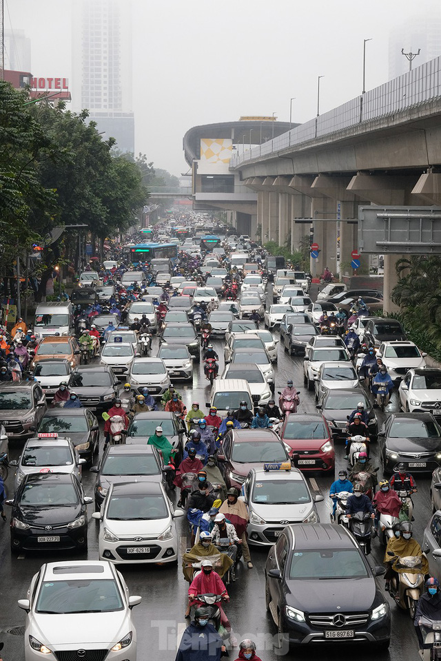 Giao thông Hà Nội ngày đầu tuần ùn tắc dưới trời mưa phùn ẩm ướt - Ảnh 6.