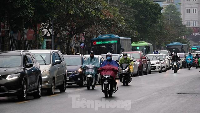 Giao thông Hà Nội ngày đầu tuần ùn tắc dưới trời mưa phùn ẩm ướt - Ảnh 7.