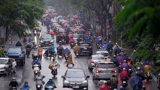 Giao thông Hà Nội ngày đầu tuần ùn tắc dưới trời mưa phùn ẩm ướt - Ảnh 8.