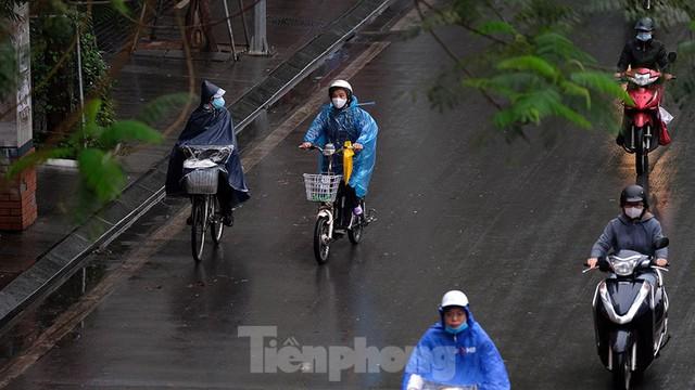 Giao thông Hà Nội ngày đầu tuần ùn tắc dưới trời mưa phùn ẩm ướt - Ảnh 9.