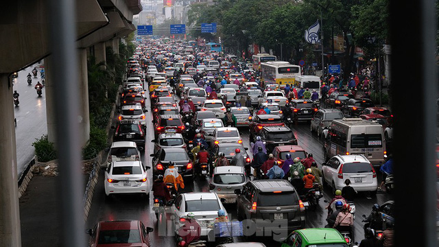 Giao thông Hà Nội ngày đầu tuần ùn tắc dưới trời mưa phùn ẩm ướt - Ảnh 10.
