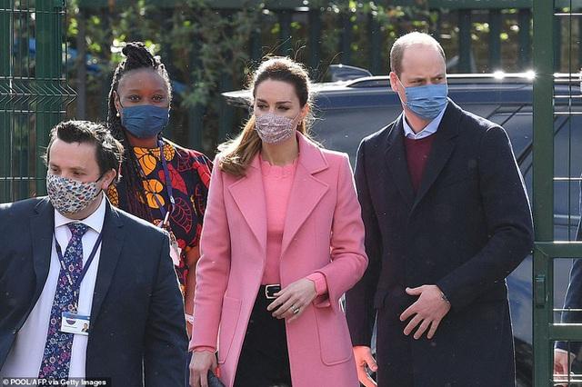 NÓNG: Hoàng tử William chính thức lên tiếng về cuộc phỏng vấn của nhà Sussex, chỉ bằng một câu ngắn gọn đủ khiến Harry phải ngẫm lại mình - Ảnh 2.