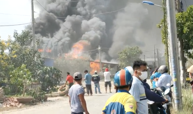 TP.HCM: Nhiều nhà dân cháy khủng khiếp, cảnh sát đeo mặt nạ chống độc vào dập lửa - Ảnh 1.