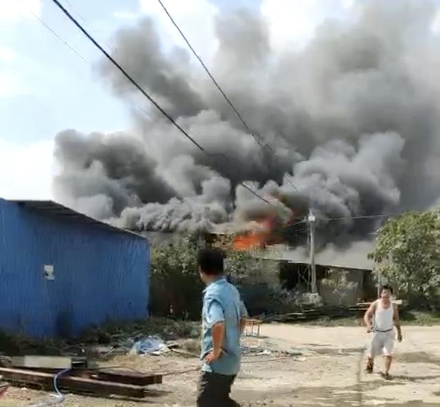 TP.HCM: Nhiều nhà dân cháy khủng khiếp, cảnh sát đeo mặt nạ chống độc vào dập lửa - Ảnh 2.