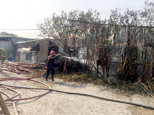 TP.HCM: Nhiều nhà dân cháy khủng khiếp, cảnh sát đeo mặt nạ chống độc vào dập lửa - Ảnh 3.