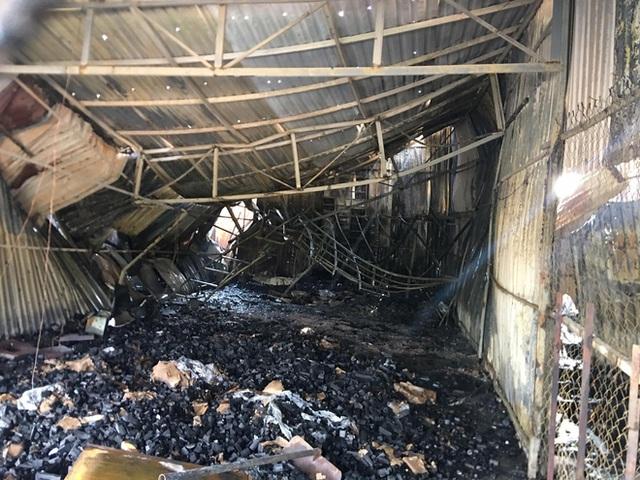 TP.HCM: Nhiều nhà dân cháy khủng khiếp, cảnh sát đeo mặt nạ chống độc vào dập lửa - Ảnh 4.