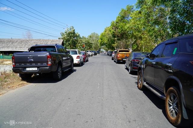 Giới đầu tư đất lại đổ xô kéo về Phan Thiết, xe hơi đỗ kín đường vào khu vực xây sân bay - Ảnh 1.