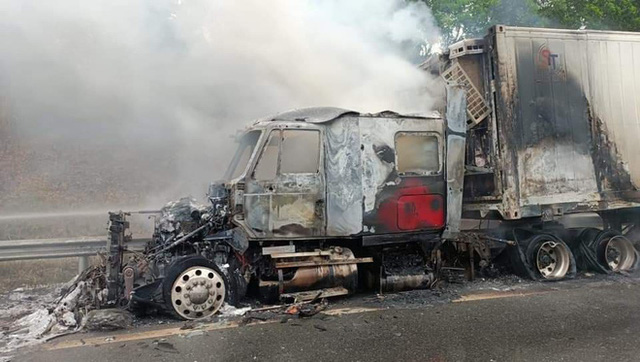 Đang lưu thông trên cao tốc Nội Bài - Lào Cai, xe container bất ngờ cháy trơ khung sắt - Ảnh 1.