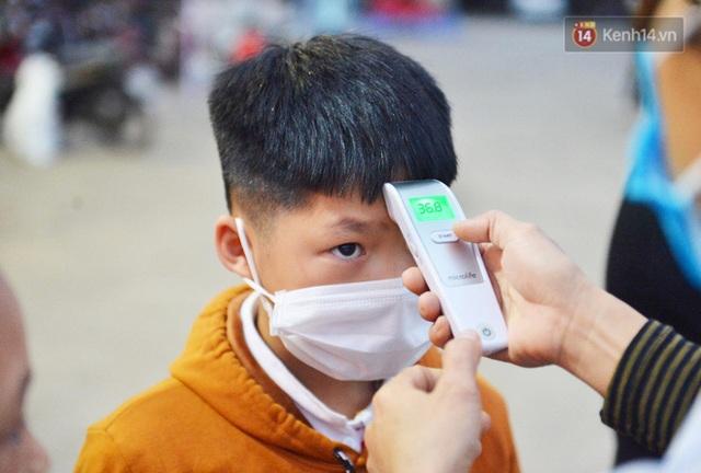 Hàng trăm người dân thực hiện khai báo y tế, chờ vào lễ Chùa Hương trong ngày đầu mở cửa trở lại - Ảnh 11.