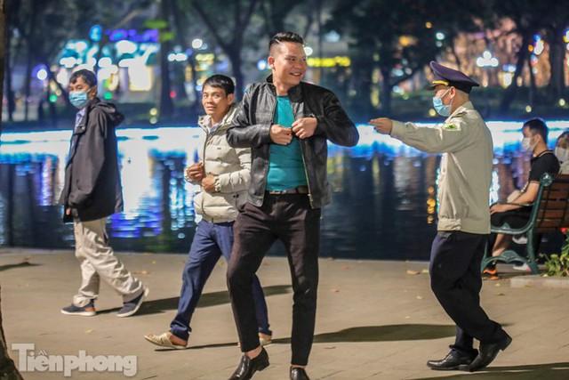 Người dân đổ về phố đi bộ Hồ Gươm ngày đầu mở cửa trở lại - Ảnh 11.