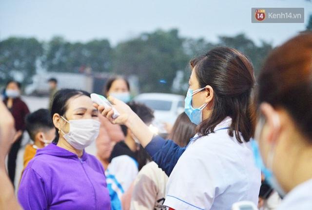 Hàng trăm người dân thực hiện khai báo y tế, chờ vào lễ Chùa Hương trong ngày đầu mở cửa trở lại - Ảnh 12.