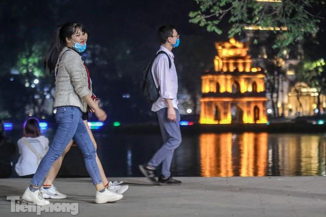 Người dân đổ về phố đi bộ Hồ Gươm ngày đầu mở cửa trở lại - Ảnh 16.