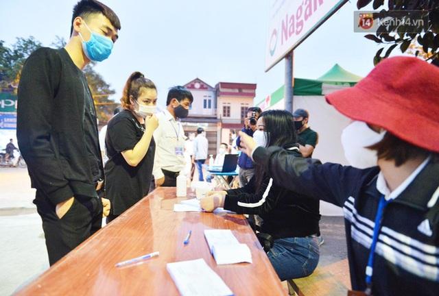 Hàng trăm người dân thực hiện khai báo y tế, chờ vào lễ Chùa Hương trong ngày đầu mở cửa trở lại - Ảnh 5.